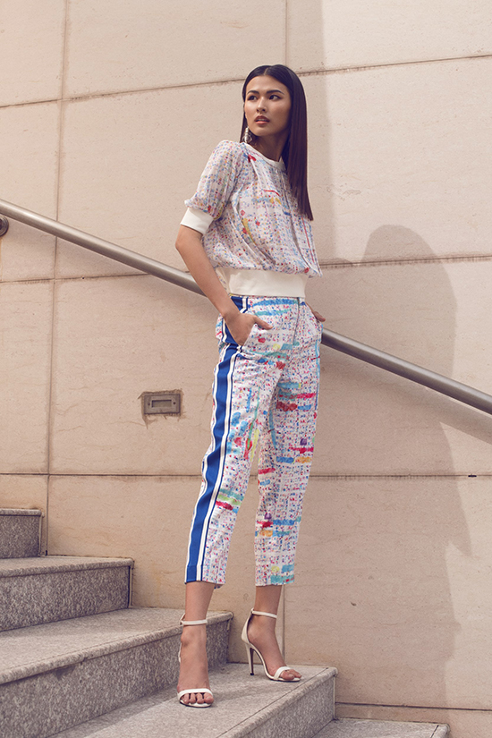 Trang phục cho bạn gái đến văn phòng không còn quá tẻ nhạt và buồn chán bởi cách phối hợp nhiều tông màu bắt mắt với hoạ tiết trẻ trung.