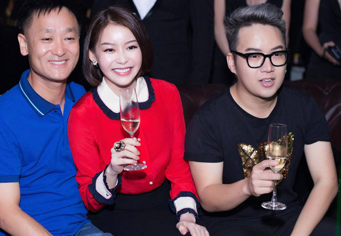 Hoa hậu Áo dài Hải Dương hạnh phúc bên ông xã (áo xanh). Nhà thiết kế Chung Thanh Phong (đeo kính) là bạn thân của Hải Dương.