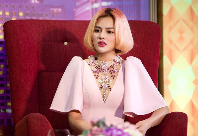 Người đẹp gốc Nam Định khóc khi nhớ lại những sóng gió, cạm bẫy cô từng đương đầu.