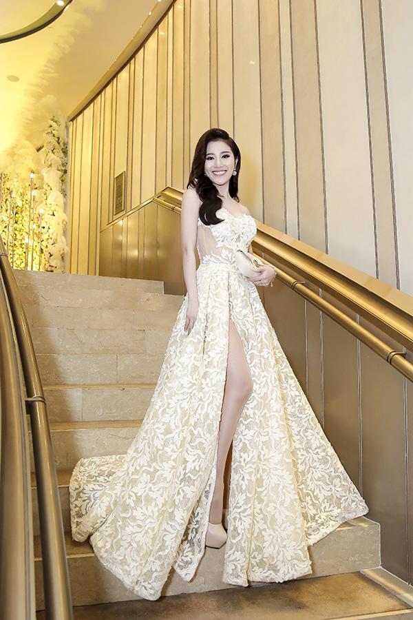 Đến dự đám cưới của em gái, Tố My mặc đầm xẻ thân cao rất gợi cảm.