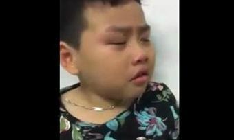 Bé trai mếu máo khóc giải thích với mẹ lý do biếng ăn