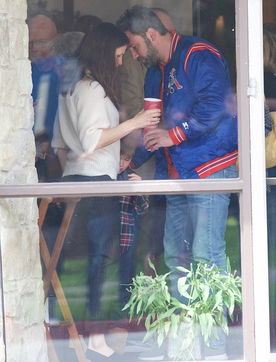 Ben Affleck được trông thấy bên vợ cũ và các con ở nhà thờ tại Los Angeles hôm chủ nhật. Sau khi chính thức ly hôn vào tháng 3/2017, Jennifer sống cùng 3 con nhỏ nhưng Ben cũng chia sẻ quyền nuôi con.