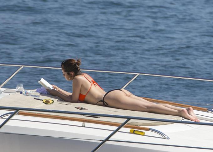 Người đẹp Mỹ khoe đường cong gợi cảm trong bộ đồ bơi sexy.