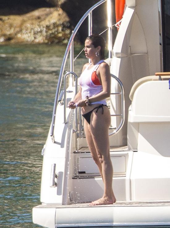 Từ đầu tháng 3, Selena về Texas với mẹ và em gái, sau đó cô trở lại Los Angeles trước khi đến Sydney.