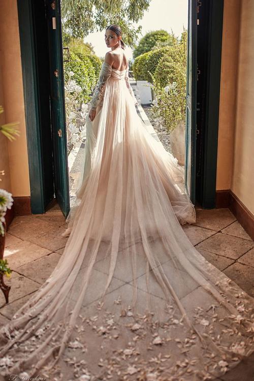 Thân váy đựng dựng layer từ các lớp vải màu sắc khác nhau nhằm tạo hiệu ứng thị giác cuốn hút.