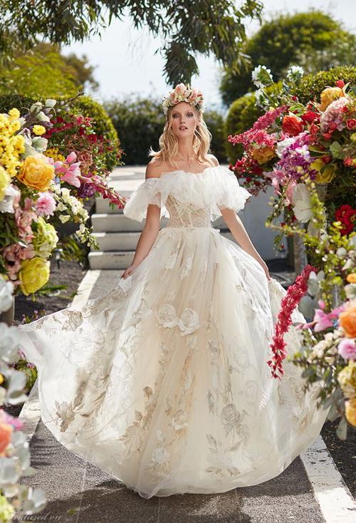 Một mẫu váy khác lấy cảm hứng từ vẻ đẹp của những đóa hoa hồng. Loại vải được dệt riêng cho bộ sưu tập.
