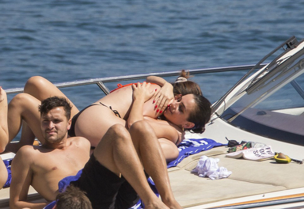 Selena được cô bạn vỗ về.