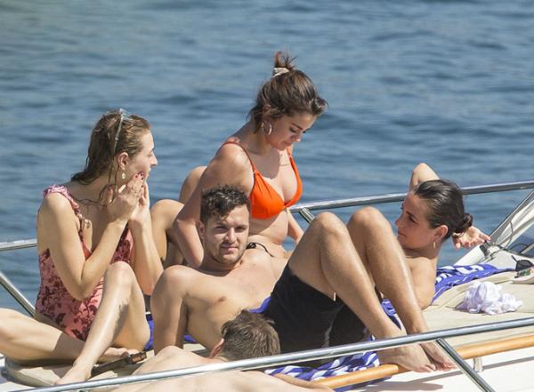 Ngôi sao 25 tuổi đang có những ngày nghỉ ngơi cùng bạn bè sau khi chia tay Justin Bieber.