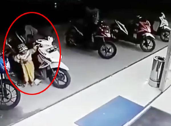 Em bé vô tình vặn ga khiến xe máy đâm vỡ cửa kính siêu thị - ảnh 1