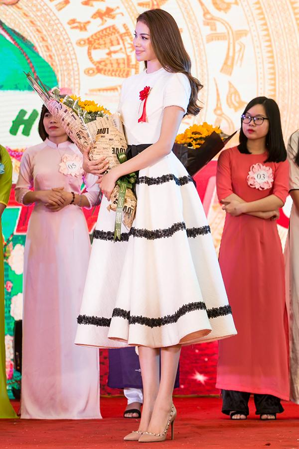 Phạm Hương vừa ra Hà Nội dự Lễ hội giao lưu văn hoá Việt - Nhật nhân kỷ niệm 45 năm ngoại giao giữa hai nước. Hoa hậu Hoàn vũ Việt Nam 2015 diện bộ váy trắng của nhà thiết kế Lê Thanh Hoà.
