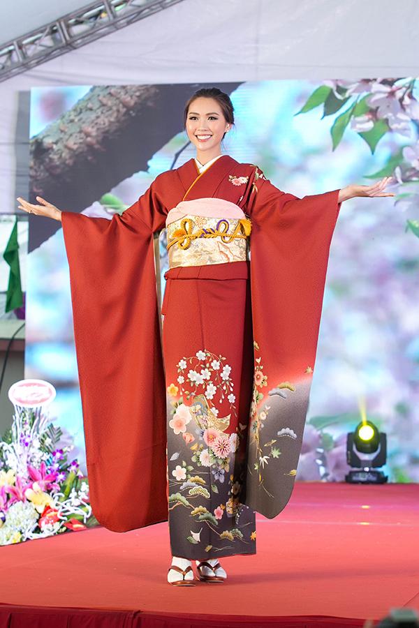đặc biệt hơn khi Miss Intercontinental Vietnam 2017 còn gây ấn tượng với bộ trang phục kimono truyền thống của Nhật Bản như một cách để thể hiện sự hòa hiếu giữa hai quốc gia.