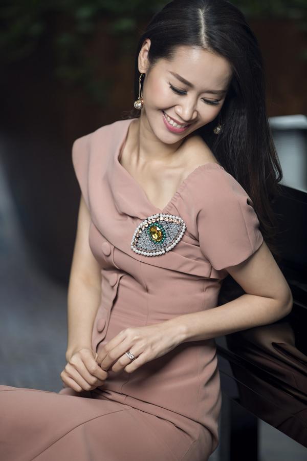 Trên phom dáng cơ bản của mẫu váy liền thân, nhà thiết kế đã vận dụng sự sáng tạo để khiến từng bộ trang phục có được sức hút riêng nhờ những tiểu tiết như hàng nút bọc, đường bèo nhún nhỏhay phần cổ áo xếp ly.