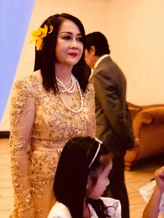 Trong tiệc kỷ niệm 50 ngày cưới, bà Thu Thủy - vợ của danh hài diện váy dạ hội quý phái khi đón tiếp các con, cháu và bạn bè đến chung vui.