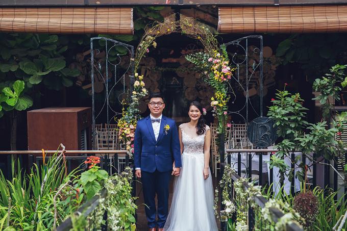 Andrew và Samatha muốn tiệc cưới của mình chỉ có sự hiện diện của những người họ thực sự yêu mến - một bữa tiệc đúng nghĩa đơn giản và ấm áp. Vì thế, ngay từ khi lên ý tưởng cho hôn lễ, cô dâu chú rể đã chọn phong cách rustic (hay đồng quê) với những món đồ trang trí thủ công chuẩn theo thẩm mỹ và sở thích của nhân vật chính.