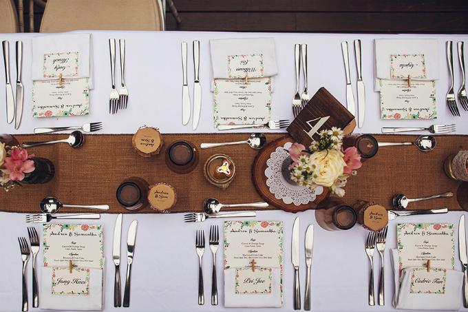 Chia sẻ về chủ đề và tone màu của đám cưới, Samatha cho biết: Chúng tôi muốn có một cái gì đó ấm cúng, thân mật và một chút mộc mạc. Các mảng màu đơn giản với màu đào và điểm xuyết thêm các màu sắc khác trên hoa cầm tay, đồ trang trí.