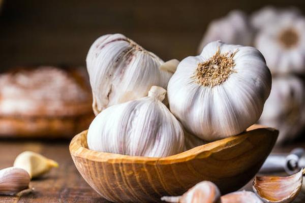 Tỏi có chứa rất nhiều sulfur -chất có thể giúp kích thích sản xuất collagen trong cơ thể, giúp da giữ đượcđàn hồi tốt, chắc khỏe, mịn màng.