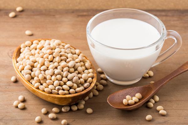 Đậu nành và những chế phẩm từ đậu nành như dầu, phô mai, sữa& rất giàu genistein. Loại hợp chất này có thể kích thích sản xuất ra collagen nhiều hơn để bảo vệ da khỏi sự lão hóa hoặc những tác nhân từ bên ngoài như ô nhiễm, ánh nắng mặt trời.