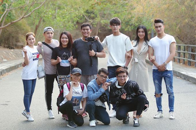 MV do giám đốc sáng tạo Tuấn Nguyễn 5AM (ngồi giữa) thực hiện, ra mắt vào 25/3.