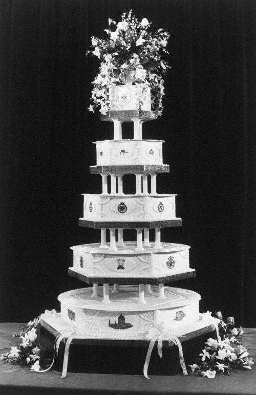 Chiếc bánh trong tiệc cưới của thái tử Charles và công nương Diana cao 1,5m, nặng hơn 102 kg. Hôn lễ này được tổ chức vào ngày 29/7/1981.