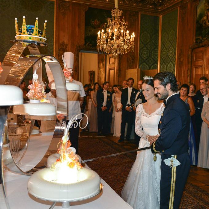 Cũng chú trọng tới việc sắp đặt các tầng bánh một cách nghệ thuật, chiếc bánh cưới của công chúa Thụy Điển, Sofia, và hoàng tử Carl Philip, có thêm họa tiết trang trí là những bông hoa màu cam cùng hiệu ứng ánh sáng từ đèn, nến.