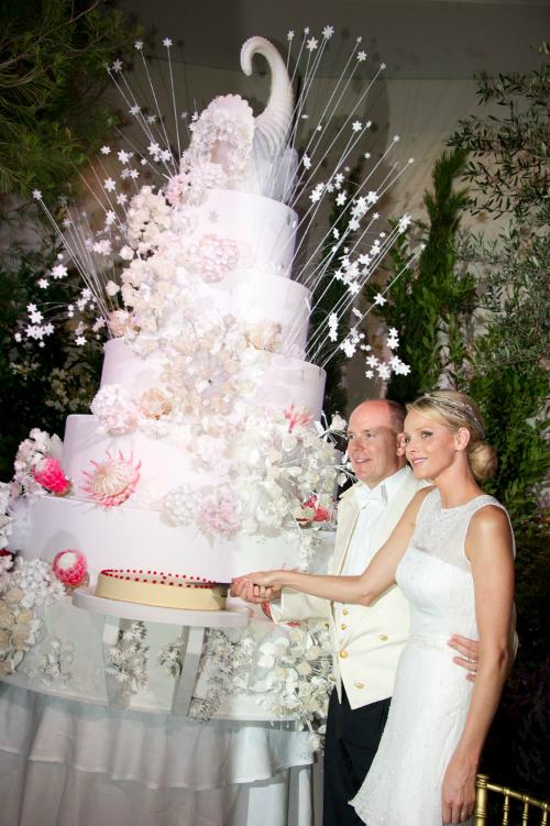 Trong suốt lễ cưới hoàng gia của hoàng tử Albert II và công chúa Charlene xứ Monaco vào ngày 2/7/2011, quan khách được chiêm ngưỡng tác phẩm nghệ thuật là chiếc bánh cưới cao tầng, trang trí cầu kỳ. Một chiếc sừng dê, hoa và ngôi sao bằng kem được sử dụng để làm đẹp cho chiếc bánh cưới.