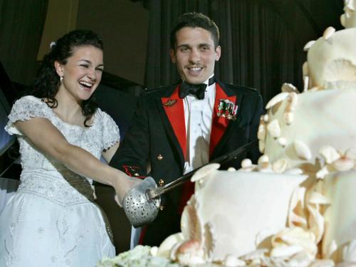 Hoàng tử của Jordan, Hamzeh bin Hussein và công chúa Noor đã dùng thanh kiếm để cắt chiếc bánh cưới có chủ đề đại dương trong hôn lễ ngày 28/5/2004.