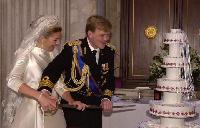 Chiếc bánh cưới trong hôn lễ của công chúa Maxima và hoàng tử Hà Lan Willem-Alexander được cho là đơn giản, khiêm tốn hơn cả so với những chiếc bánh cưới hoàng gia khác. Tuy nhiên, chính những chi tiết trang trí màu đỏ đối lập với phần kem trắng đã khiến chiếc bánh trở nên nổi bật.
