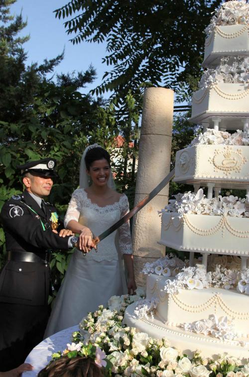 Chiếc bánh cưới 6 tầng của hoàng tử Jordan, Rashid bin El Hassan và công chúa Zeina lấy cảm hứng từ những bông hoa hồng. Những tầng bánh hình lục giác thay cho hình tròn truyền thống.