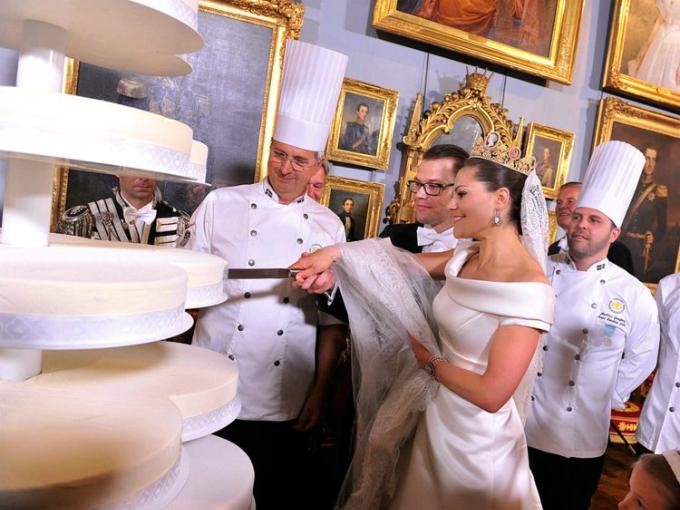 Công chúa Thụy Điển, Victoria, và công tước Daniel thích phong cách đơn giản cho lễ cưới của mình. Họ chọn bánh hình tròn không họa tiết và các tầng được sắp xếp theo ý đồ nghệ thuật.