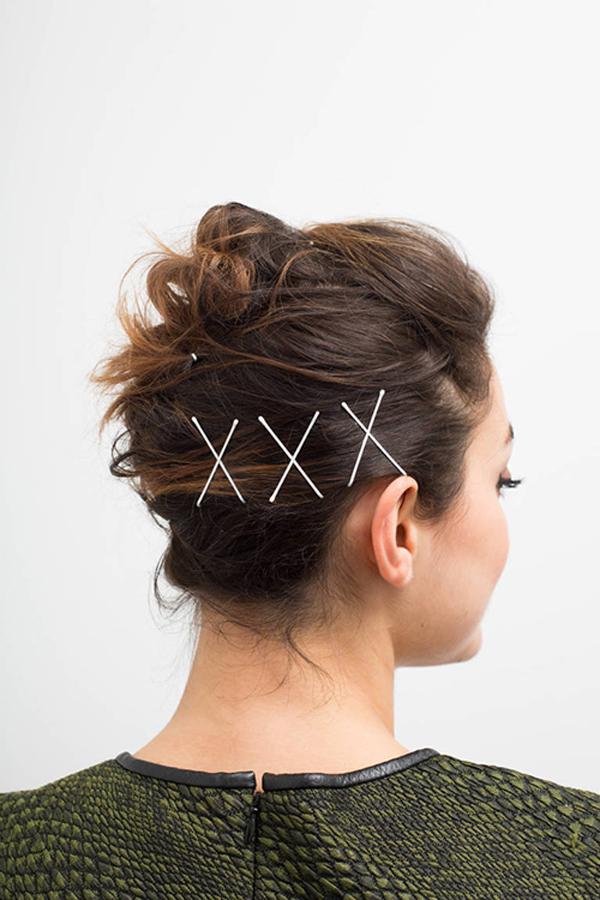 Cặp tăm vắt chéo tạo hình chữ X vừa giúp cố định vừa làm nổi bật kiểu tóc.