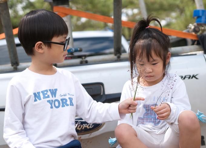 Khi bố mẹ bận làm việc, các bé ngoan ngoãn tự bày trò chơi với nhau.