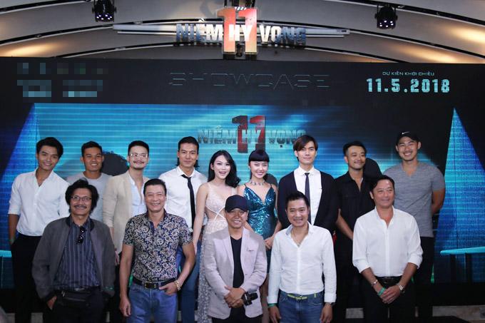 Ê kíp đoàn phim chụp ảnh kỷ niệm cùng Hồng Sơn và Huỳnh Đức.