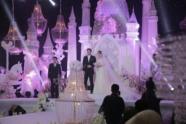 Tháng 11 năm ngoái, Nur và Fattah đã tổ chức hôn lễ truyền thống với số lượng khách mời khiêm tốn, là các thành viên trong gia đình và bạn bè thân thiết của cô dâu chú rể.Hôm 25/2 vừa qua, cặp diễn viên nổi tiếng có một tiệc cưới thứ 2 theo phong cách hiện đại với sự tham gia của đông đảo khách mời nghệ sĩ. Ý tưởng tổ chức hôn lễ này bắt đầu từ chuyện tình cổ tích của cặp phi công - máy bay chên nhau 7 tuổi.