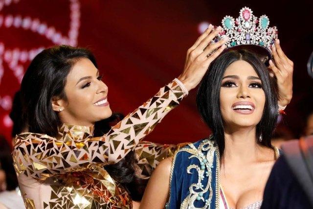 Khoảnh khắc đăng quang trong đêm chung kết Hoa hậu Venezuela 2017.