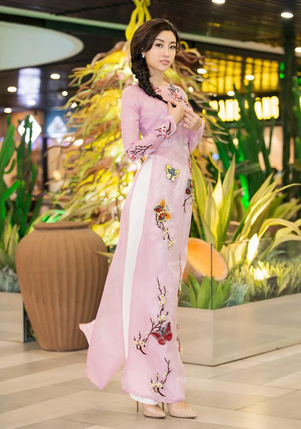 Tối 23/3 cô dự chung kết cuộc thi Duyên dáng áo dài. Đây là sự kiện nằm trong khuôn khổ Lễ hội áo dài TP HCM lần thứ 5. Hoa hậu Việt Nam 2016 vừa là đại sứ hình ảnh vừa là giám khảo trẻ tuổi nhất.