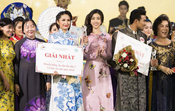 Đỗ Mỹ Linh lên sân khấu trao giải thưởng cho người đẹp được giải nhất.