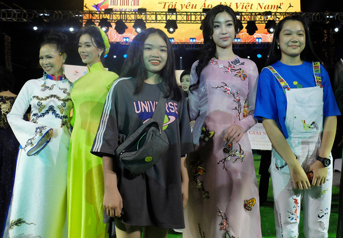 Một số khán giả tranh thủ xin chụp ảnh với đương kim Hoa hậu Việt Nam.