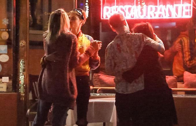 Macaulay Culkin và bạn gái đứng bên Paris và Cara.