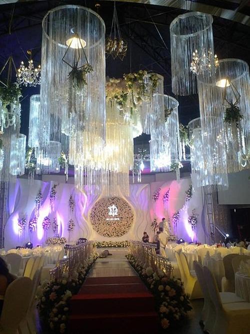 Sân khấu tiệc cưới ngoài trời lộng lẫy.