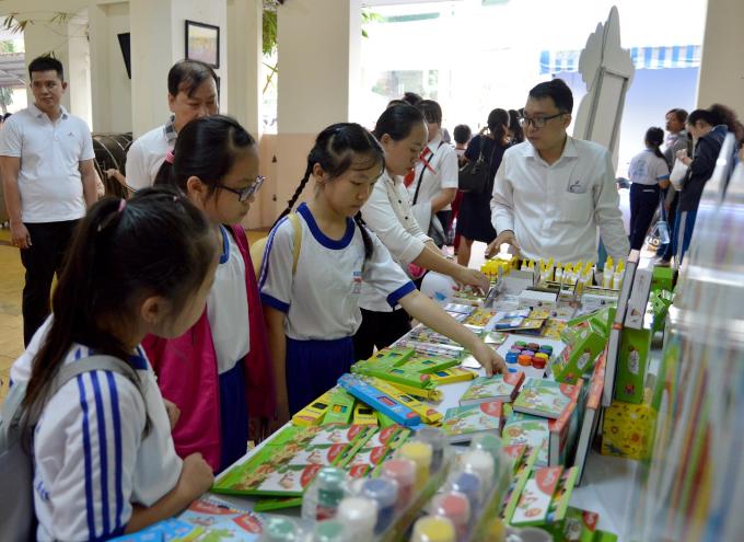 Các bạn nhỏ tham quan khu trưng bày dụng cụ vẽ do nhãn hàng văn phòng phẩm Smartkids (Công ty Bitex) tài trợ trước khi vào dự thi.