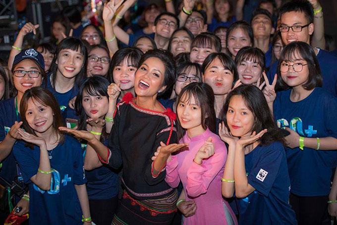 HHen Niê mặc trang phục dân tộc truyền thống, hoà mình cùng các bạn trẻ trong sự kiện vì môi trường.