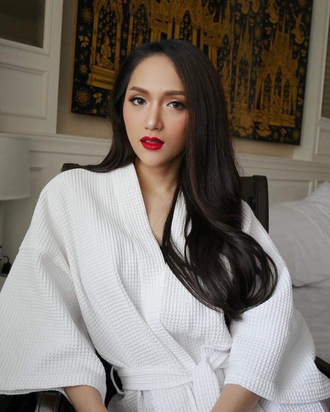 Phạm Hương, Hương Giang, Lan Khuê siêu quyến rũ với áo choàng tắm