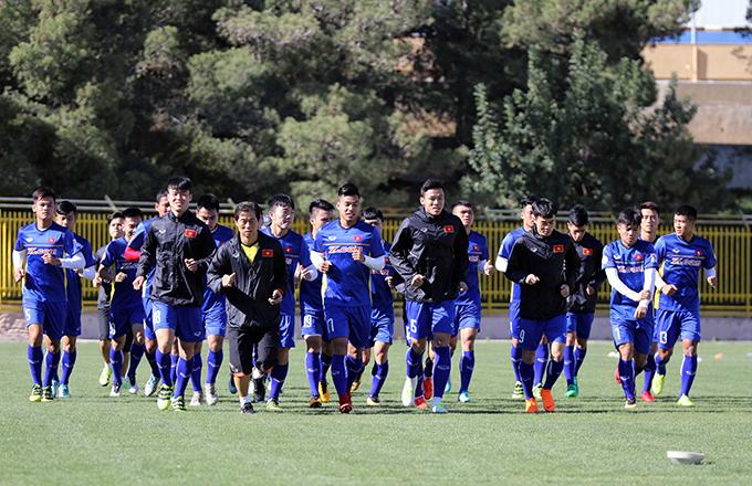 HLV Park Hang-seo cho các cầu thủ chạykhởi động.
