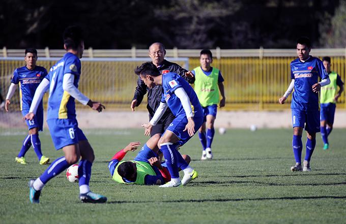 Các cầu thủ tập luyện với tinh thần rất nhiệt, đôi khi xảy ra những va chạm.