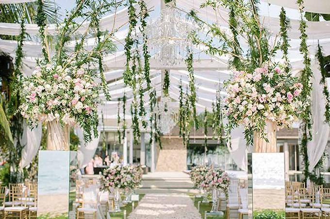 Đám cưới chỉ làm một lần trong đời - đó là quan niệm từ nữ nghệ sĩ TVB, Hongkiu, khi cô nhớ lại hôn lễ của mình được tổ chức tại Phuket. Tại sao không chỉ có niềm hạnh phúc và trở thành công chúa trong một ngày?. Và Hongkiu cùng ông xã Jesper, đã biến những điều tâm niệm đó thành sự thật. Một vườn hoa hồng xinh xắn được dựng lên trên bãi biển và Hongkiu chính là nàng công chúa bước ra từ cổ tích.