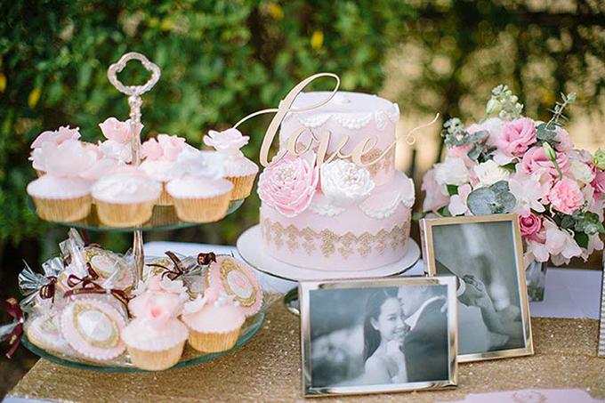 Khu vực bàn lễ tân và bánh cười đều có màu hồng, trắng ngọt ngào, dịu nhẹ.