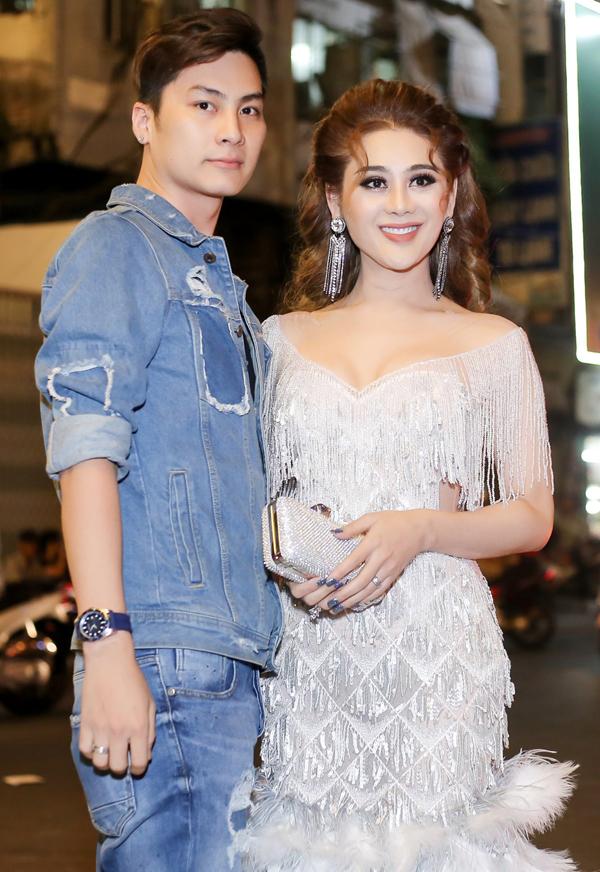 Vợ chồngLâm Khánh Chi quấn quýt như hình với bóng. Nhiều người khen nữ ca sĩ ngày càng xinh đẹp, quyến rũ.
