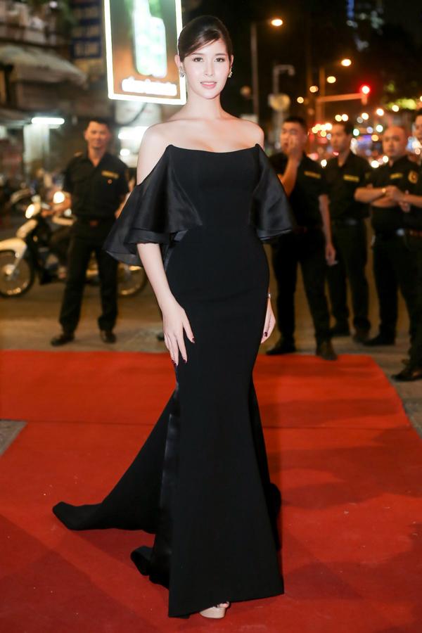 Rock - Á hậu Miss Tiffanys Universe 2017 của Thái Lan tạo dáng kiêu sa trên thảm đỏ.