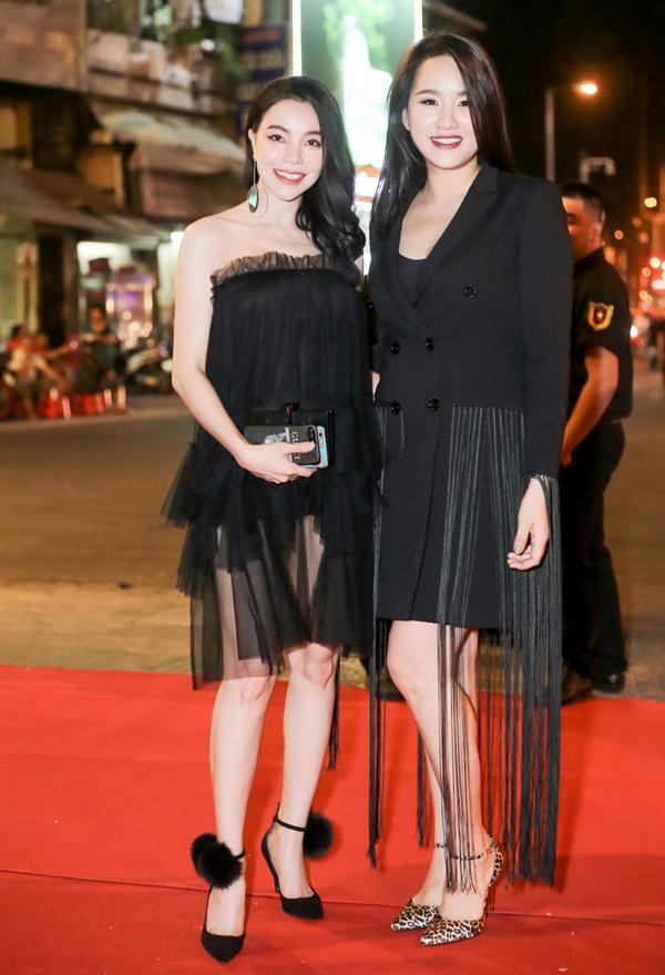 Ca sĩ Trà Ngọc Hằng đọ da trắng với Á hậu châu Á tại Mỹ 2012 Châu Mộng Như.