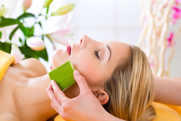 Dùng gel lô hội massage nhẹ lên da giúp làm giảm vết thâm nám, ngăn ngừa nếp nhăn, chống chảy xệ cho da.